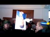 Народ выкидывает портрет Порошенко из кабинета главы Винницкой ОГА Олийныка